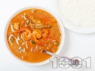 Червено къри със скариди, кокосово мляко, лимонова трева и зеленчуци поднесено с варен ориз или на пара